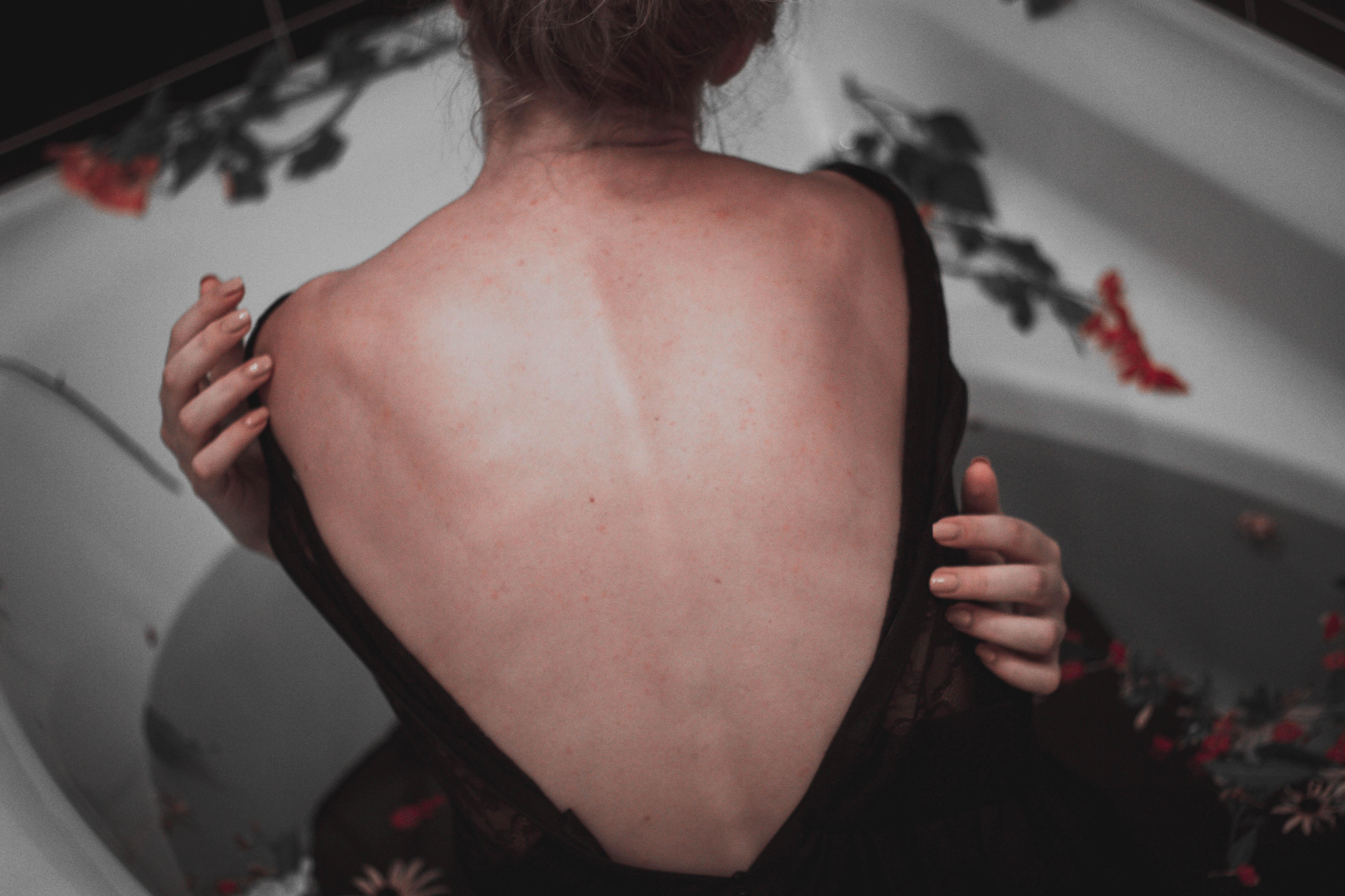 Femme-montrant-ses-douleurs-de-dos