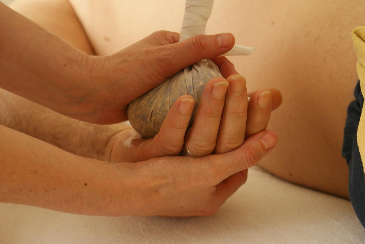 Penser à se faire masser les mains pour votre bien-être.